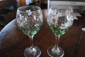 2 hand painted wine glasses, daisy daisies (Star) for sale